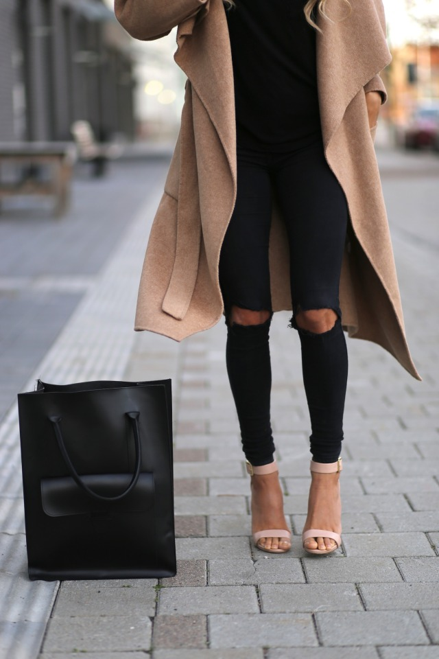 The black and camel coat and nude sandals are perfectly paired.